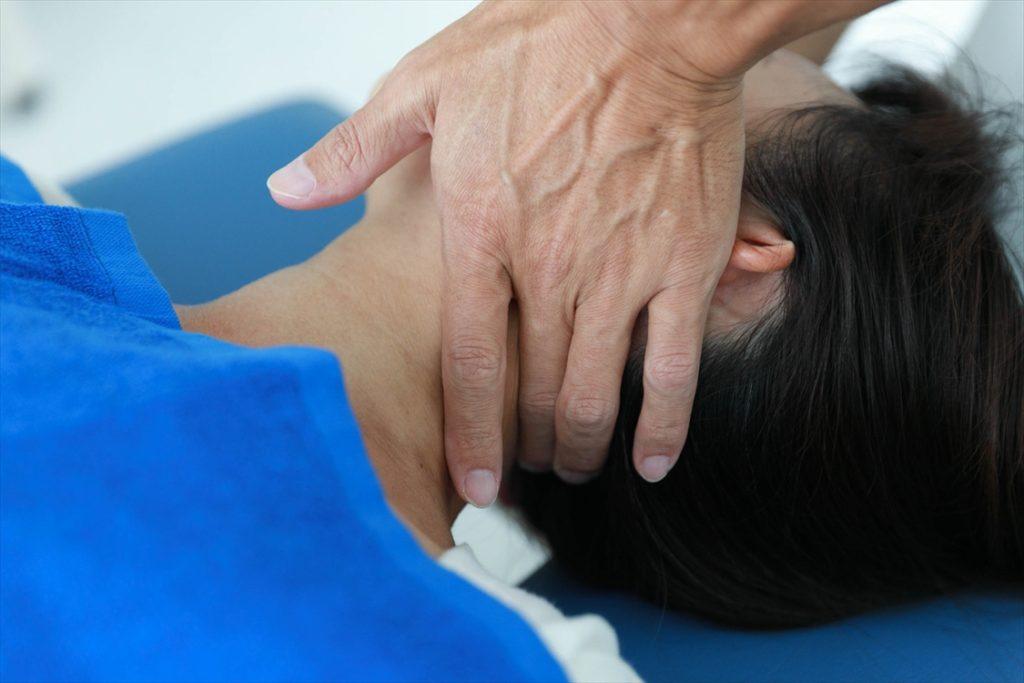 すずき鍼灸接骨院首の矯正風景