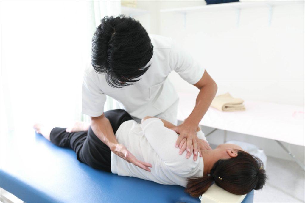 すずき鍼灸接骨院腰の矯正風景(骨盤矯正)