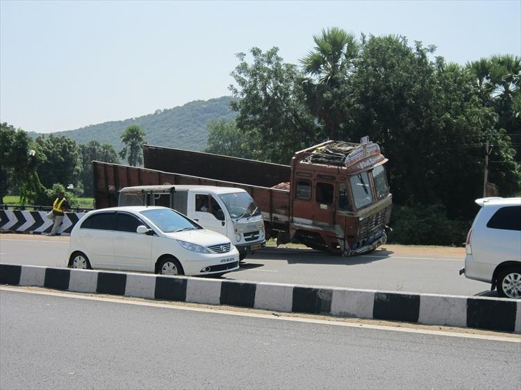 トラックとの追突事故